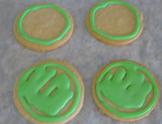 Fill in the sugar cookies using the icing bags.
