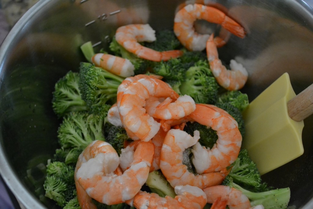 Toss the shrimp with the broccoli in a bowl.