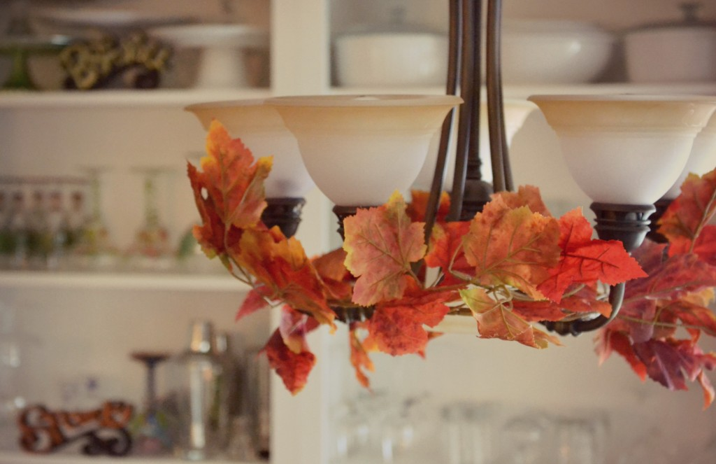 Fall leaves garland gives a fun autumn touch to your room