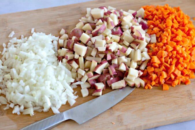 Pica todas tus verduras y cebollas.