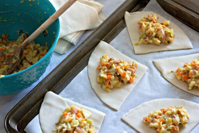 Rellena la masa con verduras cocidas.
