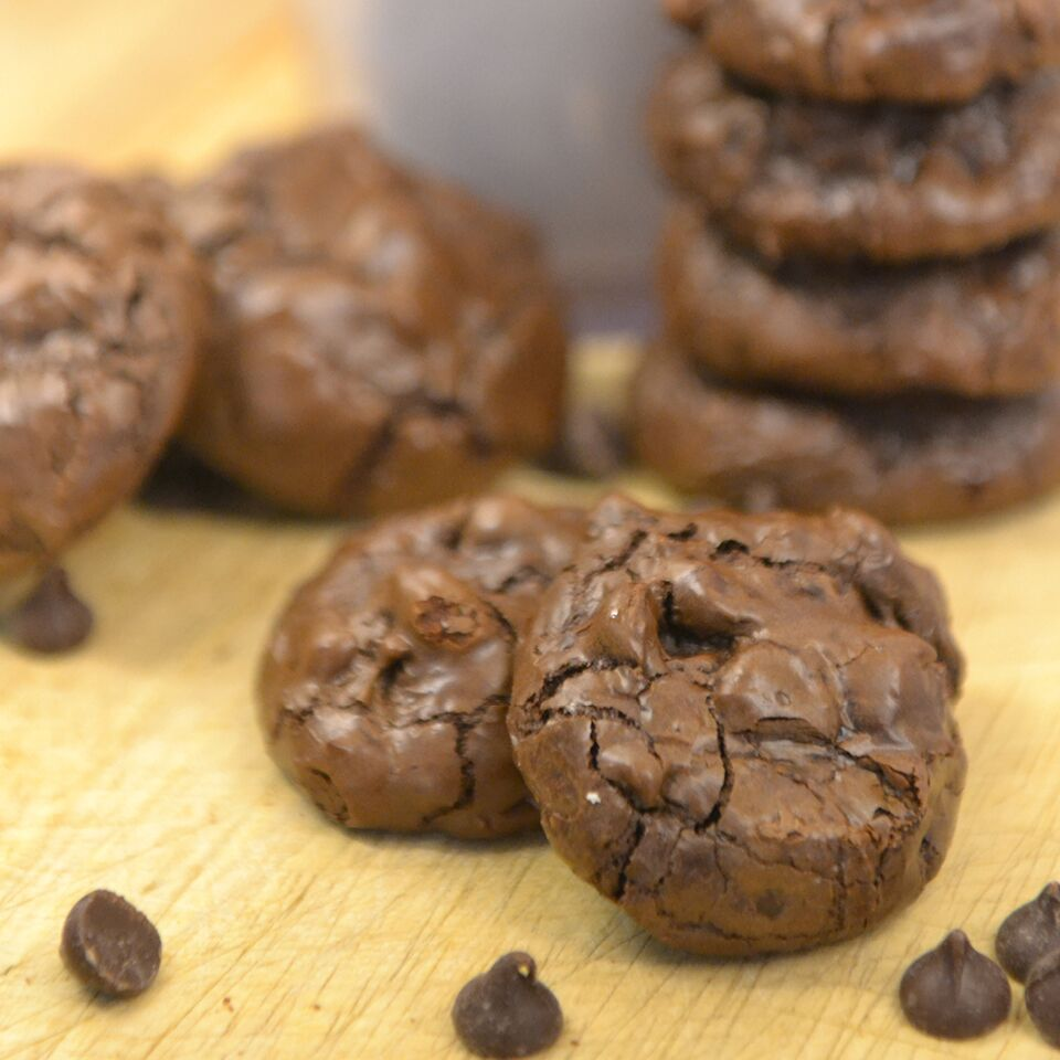 What's better than a dense, rich, chewy chocolate cookie?  A dense, rich, chewy chocolate cookie that is gluten-free, low in calories, easy-to-make, and uses just 6 ingredients!  Yep, these Starbucks copycat Flourless Chocolate Cookies are pretty much perfection on a plate!Flourless Chocolate Cookies | Chocolate Cookie Recipe