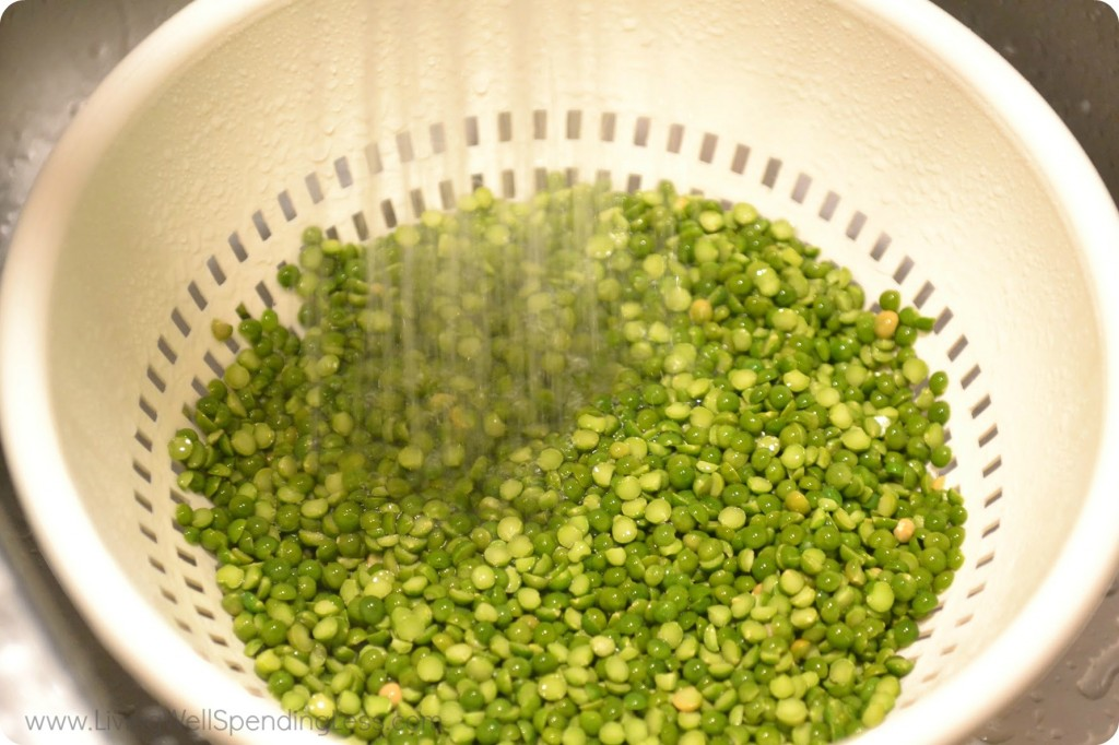 Rinse peas under water and set aside.