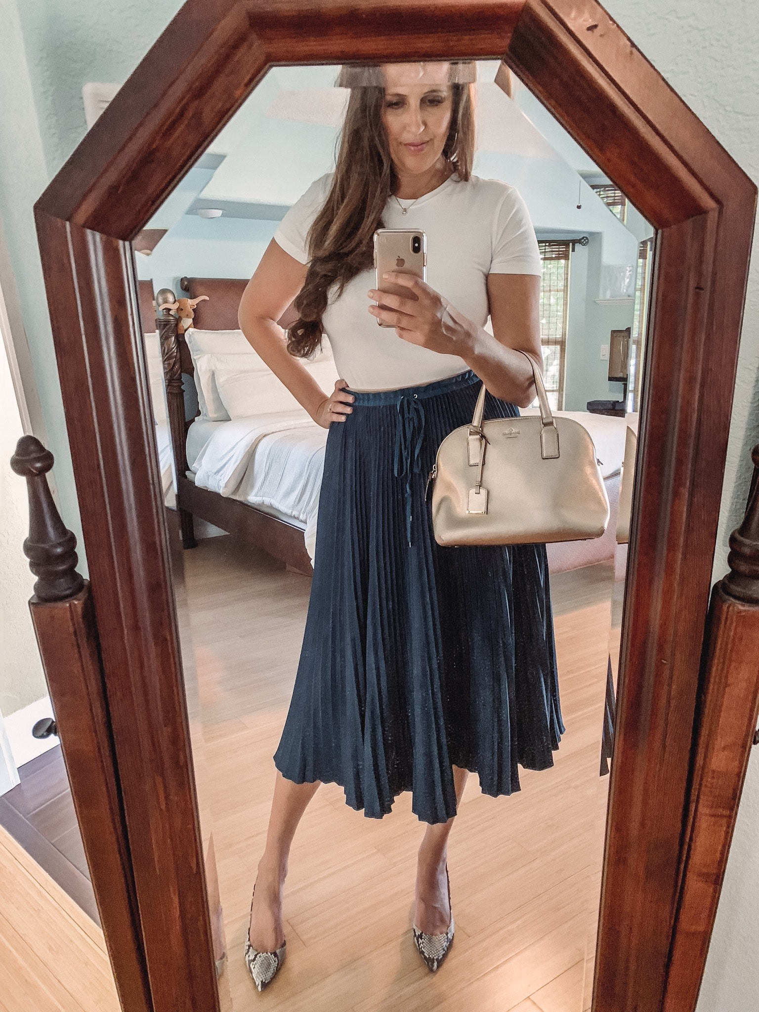 Pair your favorite white tee-shirt with a skirt.Don't have time to fuss over fashion? Why over-complicate your wardrobe with hard-to-match items? Here are 10 great ways to dress up a classic white t-shirt. #fashion #DIY #beauty #fashiontips #wardrobe #beautytips