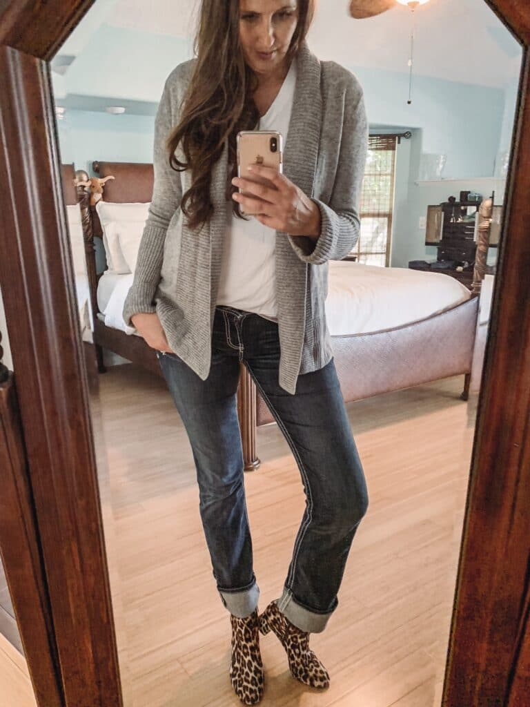 Add a Cardigan & Boots to make your white tee and jean look more fall like. Here are 10 great ways to dress up a classic white t-shirt. #fashion #DIY #beauty #fashiontips #wardrobe #beautytips